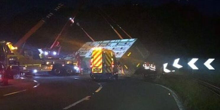 Image of overturned lorry on M32